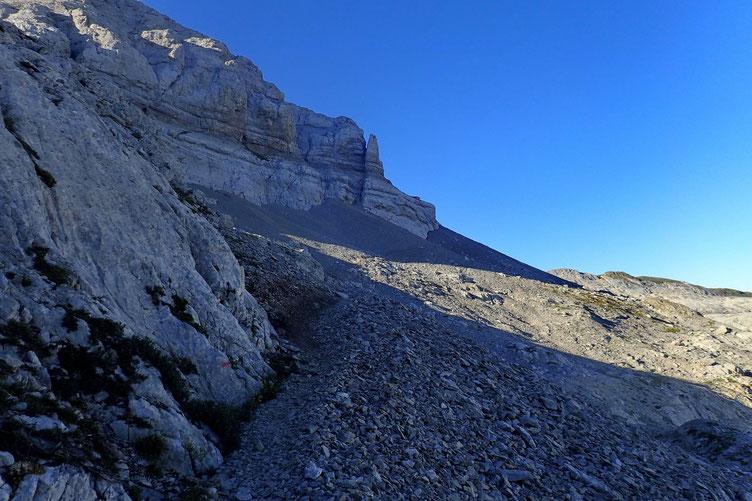 Au pied du Pic d'Anie.  La montée se fait dans un premier temps en écharpe jusqu'à la cheminée...