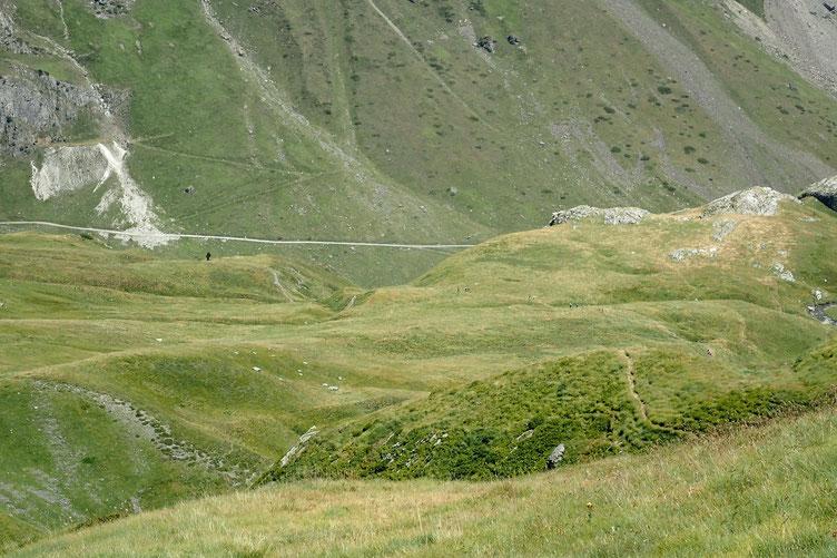 Au fond, la piste (défoncée) qui monte au Lac d'Ossoue.