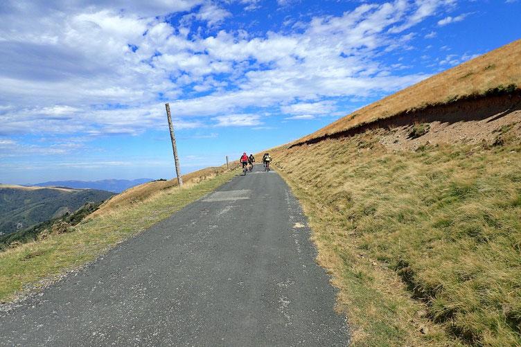 Les cycliste ont pris la piste qui redescend vers les Chalets.