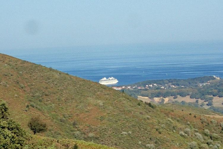 Tiens, un bateau de croisière. C'est très rare dans ce secteur.