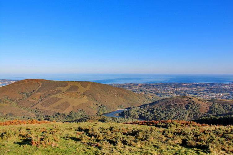 En bas, le lac de Xoldokogaina. Avec à sa droite l'Oneaga et à sa gauche le Xoldokogaina.