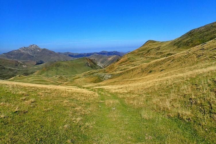 La descente continue dans un vallon large et peu penté. Et toujours la vue sur le Pic d'Orhy.