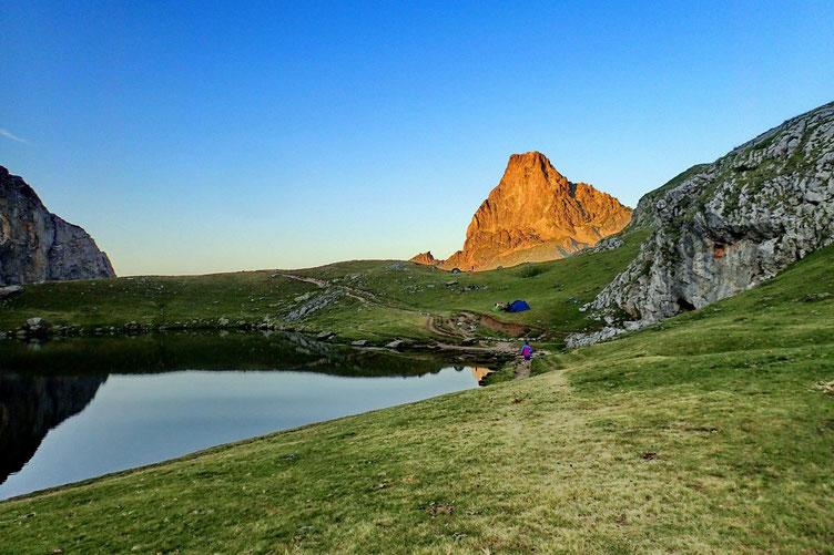 Repas du soir avec vue sur l'Ossau bien éclairé par le soleil avant qu'il ne se couche.