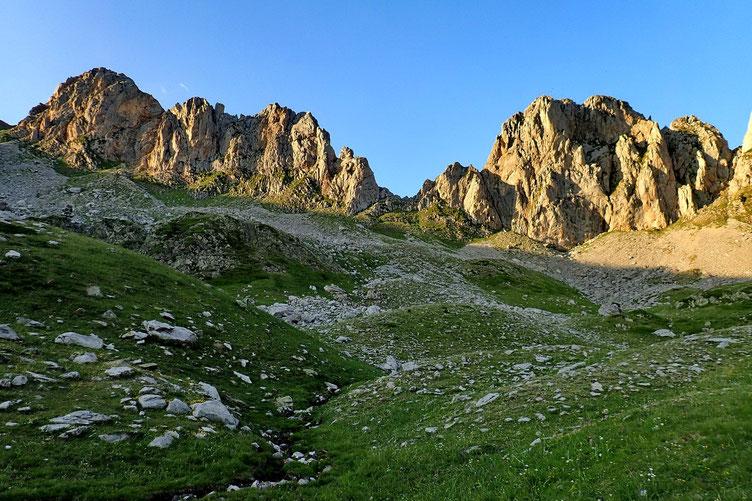 Les sommets éclairés par le coucher du soleil.