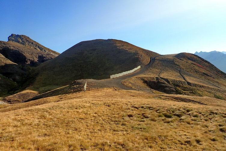 Pas grave. Je vais en profiter pour monter sur le Gralleras Sur, juste devant moi, et pour voir mon itinéraire d'accès au Gralleras, au fond.