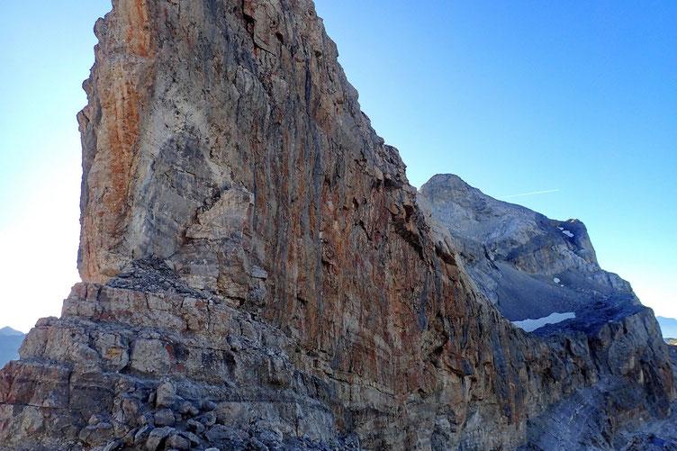 Côté Est de la Brèche de Roland (2807 m) avec en fond, le Casque du Marboré (3011 m).