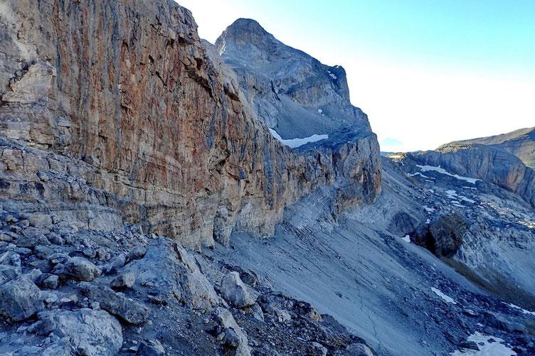 De l'autre côté, on aperçois le chemin des Isards qui permet d'accèder au Casque du Marboré, au Mont Perdu et bien d'autres sommets à plus de 3000 m.