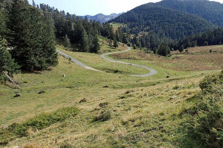 La route rejoint le Col de Beyrède et son parking.
