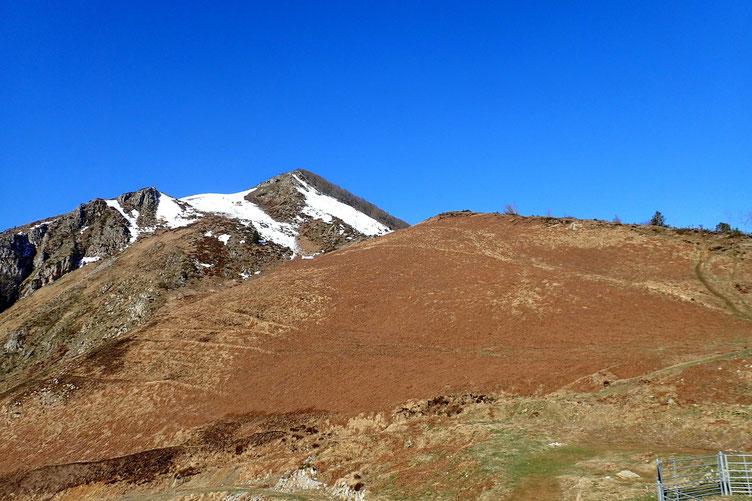 Vers l'Ouest, la montée vers le Soum de Laya avec plus loin le Soum de la Pène.