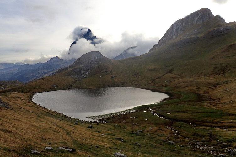Je décide de poursuivre vers le Lac du Plaa de la Baques, un petit peu plus haut. Derrière moi, le Lac Paradis et l'Ossau avec son écharpe nuageuse.
