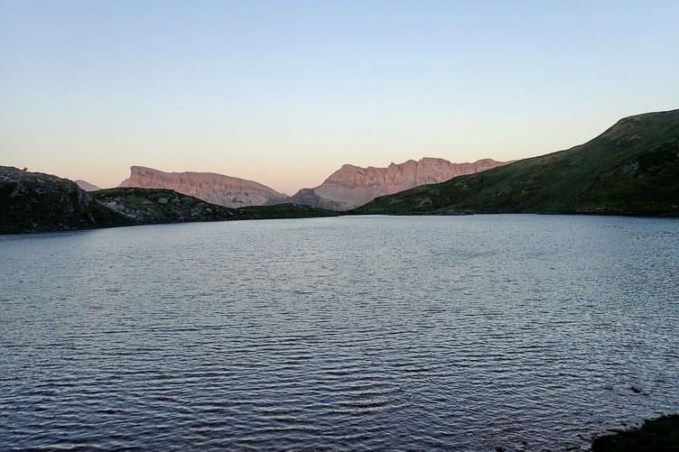 Au petit matin, lever de soleil sur le Mallos de las Ferrerias (au centre).