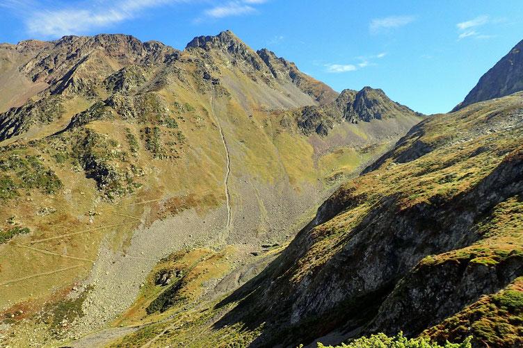 Sentier dominé par le Mont Arrouy (2781m).