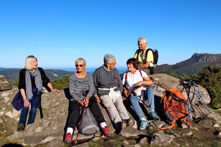 Toute la troupe est arrivée au sommet de l'Ibantelli (698m) : Madé, Michèle, Agnès, Christiane et Norbert.