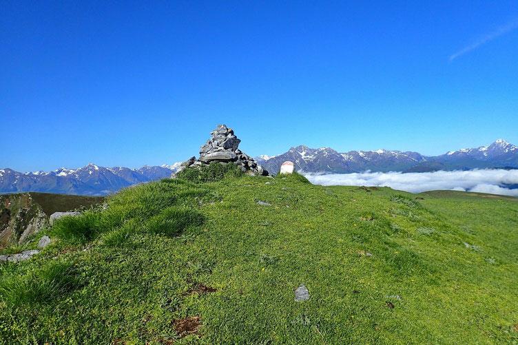 Il faut passer par le Cap Nestès (1890m) avec son gros cairn.
