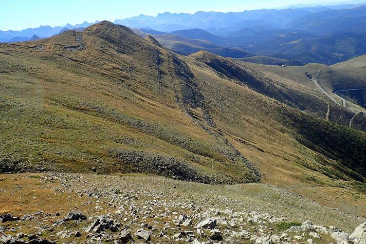 Vue sur les multiples sentiers à flanc de montagne.