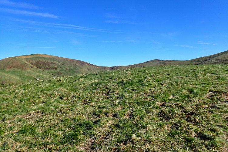 Arrivé sur une zone un peu plus plate. Le vent soufflant très fort, je renonce au Pic des Escaliers et me dirige droit devant vers le Lepotxipia (1426m).