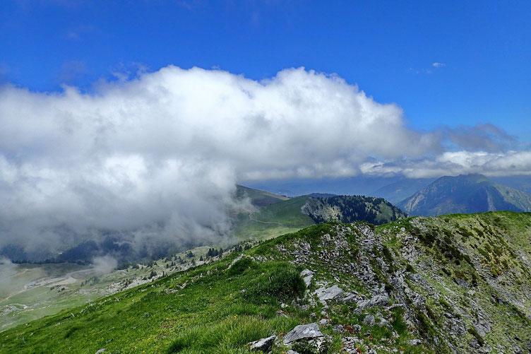 J'avais envisagé de terminer la rando en passant par le Mont Mérac, mais la brume est montée et j'abandonne l'idée.