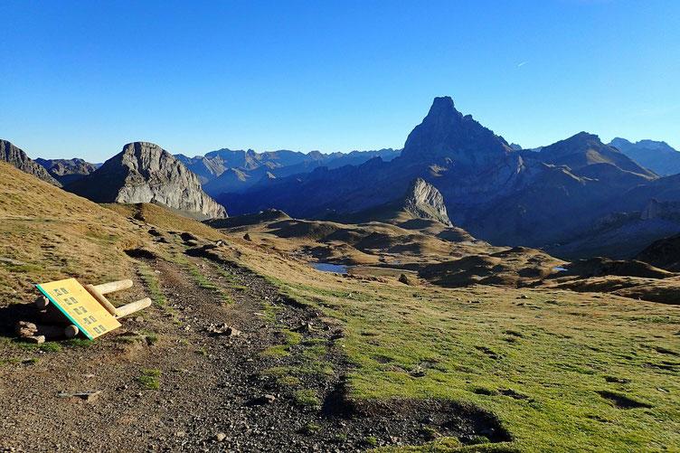 Arrivée au Col des Moines (2168m) et vue sur le coté français avec l'Ossau, le Pic Castérau et sous l'Ossau, le Pic Paradis.