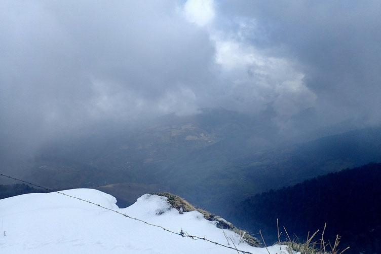 Entre deux nuages, vue sur la vallée.