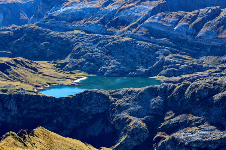 Le Lac d'Estaens, où il n'y a pas grand monde. C'est étonnant avec une journée pareille.
