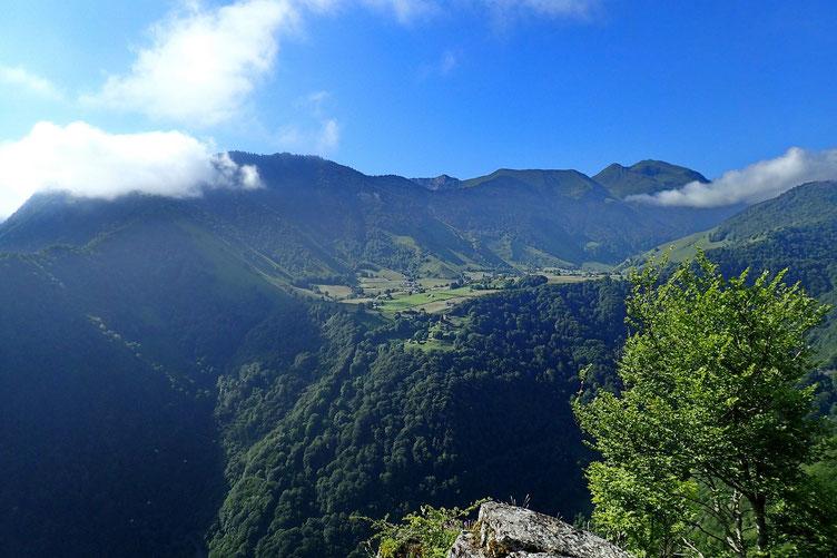 Au Sud, le Plateau de Lhers et au fond, le Pic de Labigouer.