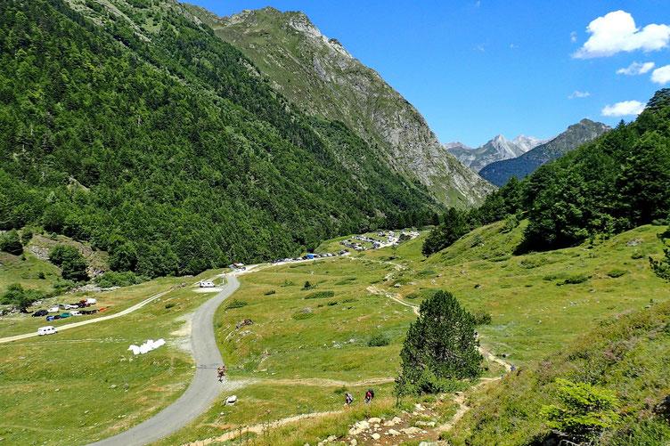 Montée vers le barrage avec vue sur le parking inférieur de Bious-Artigues (1304 m).