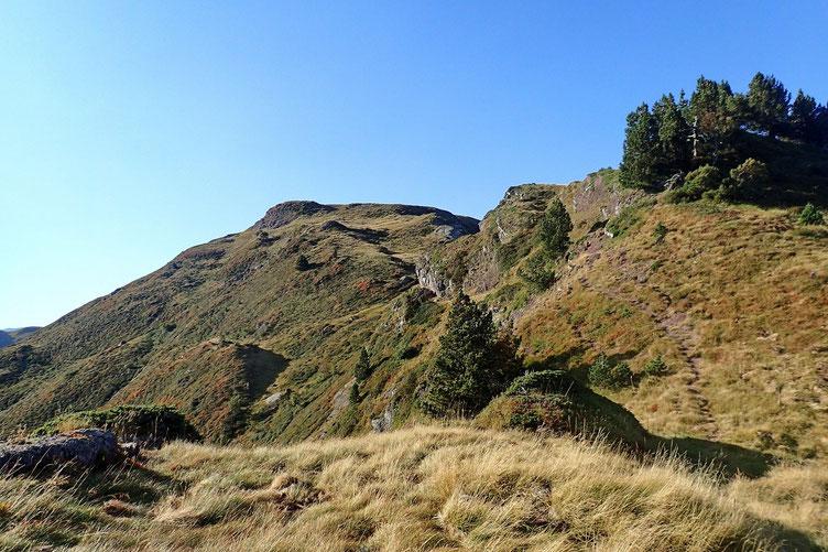 Droit devant, le Pic d'Arnoussère. Le sentier contourne tous les petits sommets...