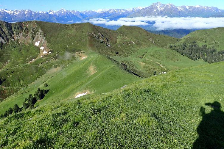 Mais pour rejoindre la crête, il faut descendre jusqu'au petit col de l'Aouet (1730m).