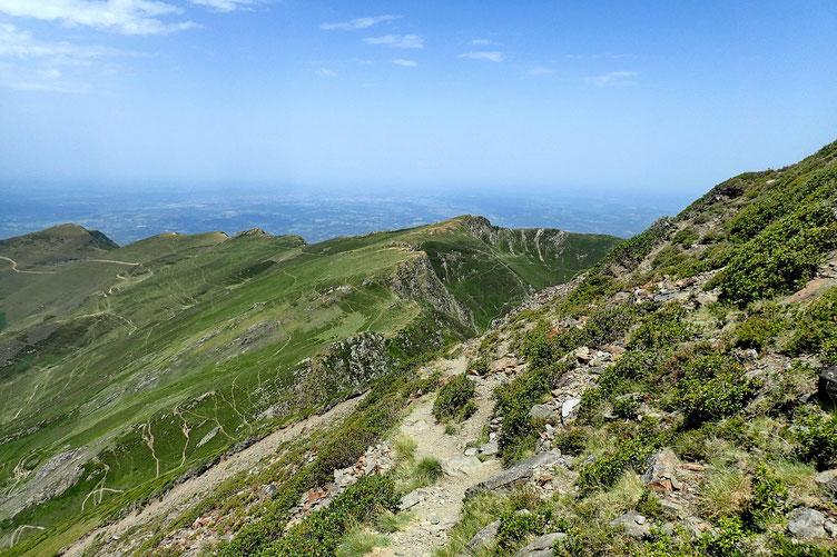 Je continue ma descente... avec vue sur l'Oussouet (à droite) et le Cuq Crémail, à gauche.