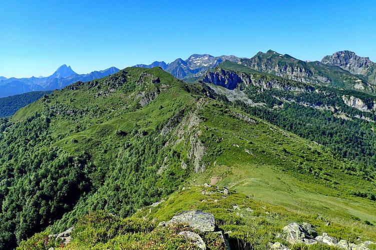 Au Sud, le Col de Sieste et la crête qui mène au Saigues.