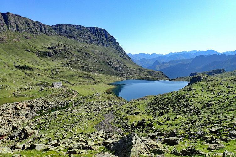 Puis on continue notre descente vers le refuge d'Ayous avec son lac.