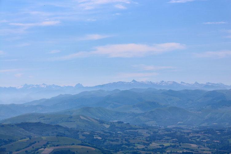 On aperçoit l'Ossau, et un peu plus à droite, le Pic d'Anie.