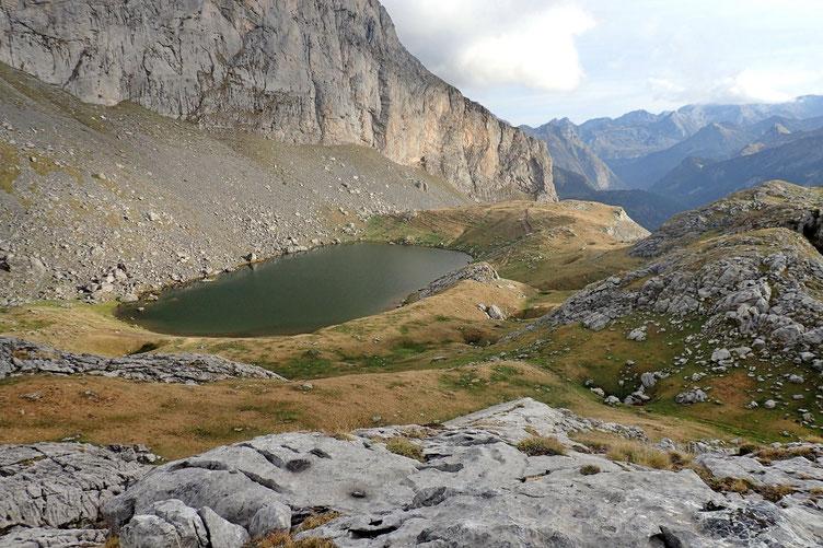 Monté sur une petite éminence, j'aperçois le Lac Castérau...