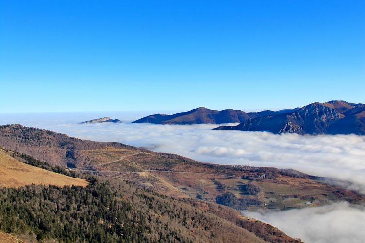 A l'Est, la mer de nuages sur la Vallée d'Aure.