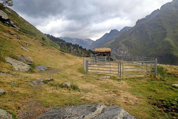 Début de la rando sous une petite pluie désagréable. La Cabane de Tousaus va permettre de faire le point...