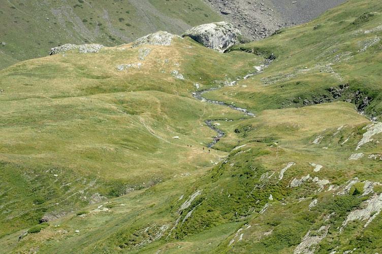 """Le sentier """"autoroute"""" qui mène qu col, lac et pic de la Bernatoire. Beaucoup de monde sur cet axe."""