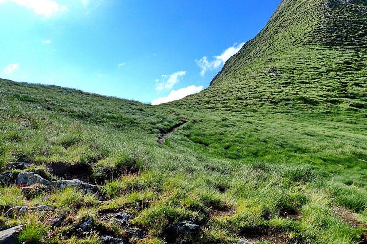 Après la petite pause, montée au Col d'Uzious (2196m).