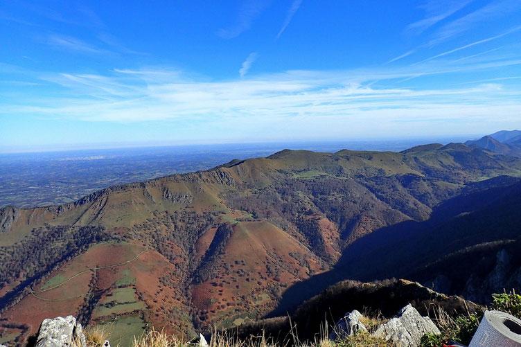 Panorama du Pic Roumendares avec la première barrière montagneuse qui va du Mail Arrouy au Pic Bersaout en passant par le Pic d'Escurets.