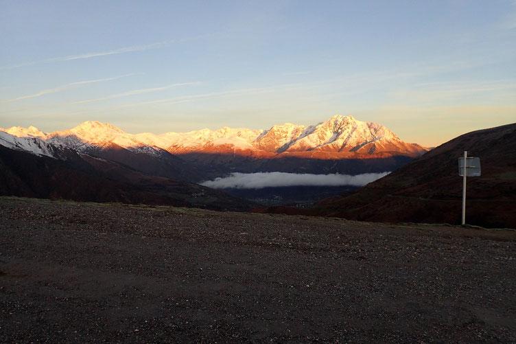 Le soleil éclaire l'Arbizon et les sommets voisins.