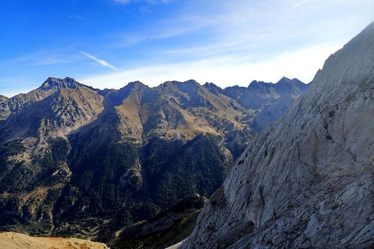 Derrière moi, le Pico de Musales fait tout récemment.