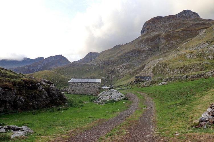 La Cabane de Cap de Pount. Vu les conditions météo, je pense déjà abandonner l'objectif principal de la rando : le Pic Paradis à droite.