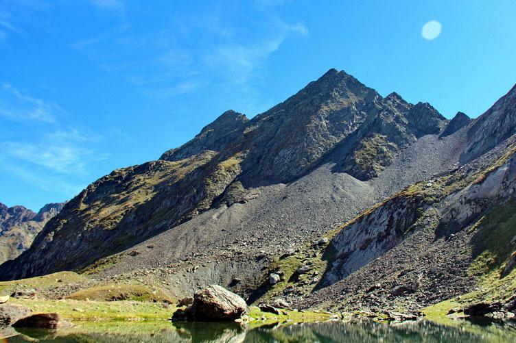 A gauche le Soum de Marraut (2710m) et à droite le Pic de Maucapéra (2679m).