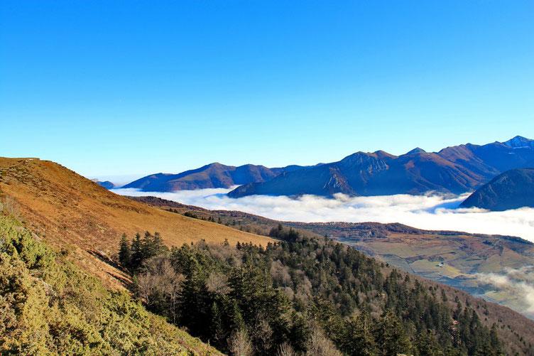 Côté Vallée d'Aure, la mer de nuages ne bougera pas de la journée...