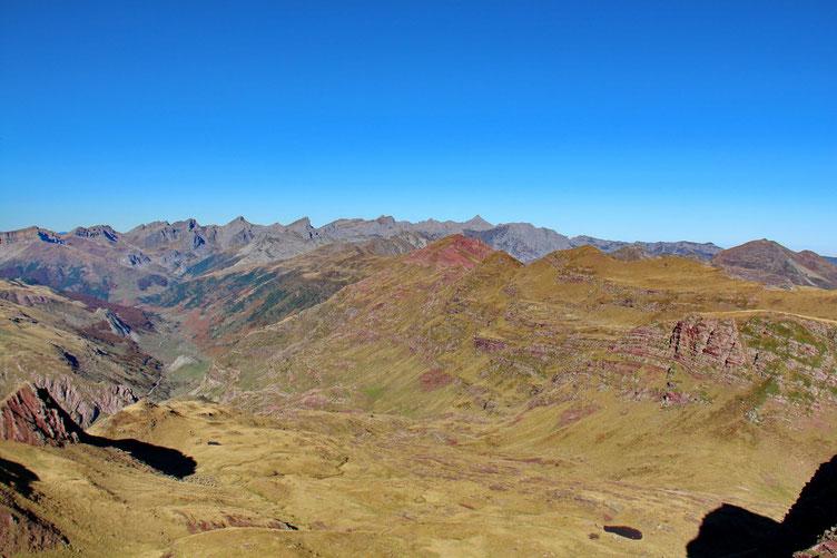 Les pics frontaliers : Aillary, Arlet... et en bas, la superbe vallée de Aguas Tuertas.