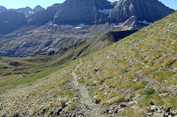 Le sentier en devers pour rejoindre la crête qui mène au Col des Espécières.