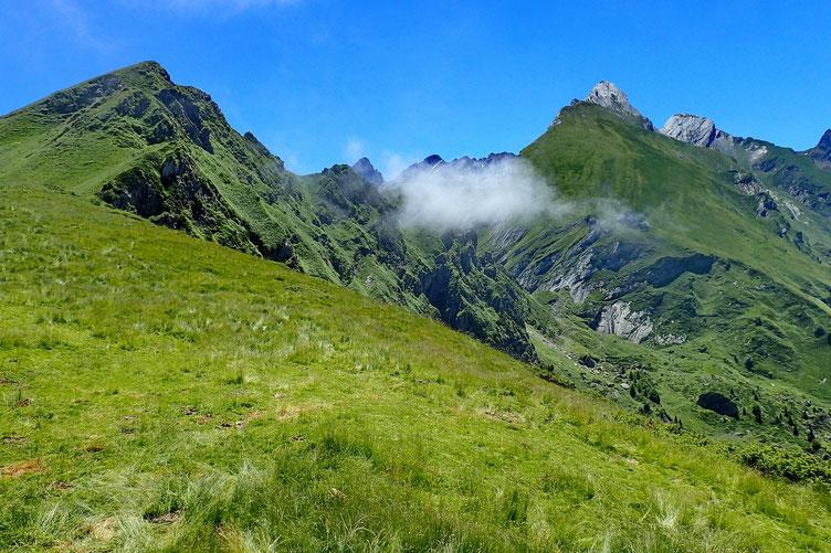 Le Col de Tortes dans le nuage.