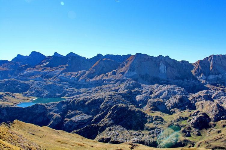 Au Sud, le Lac d'Estaens avec la Sierra de Bernera.