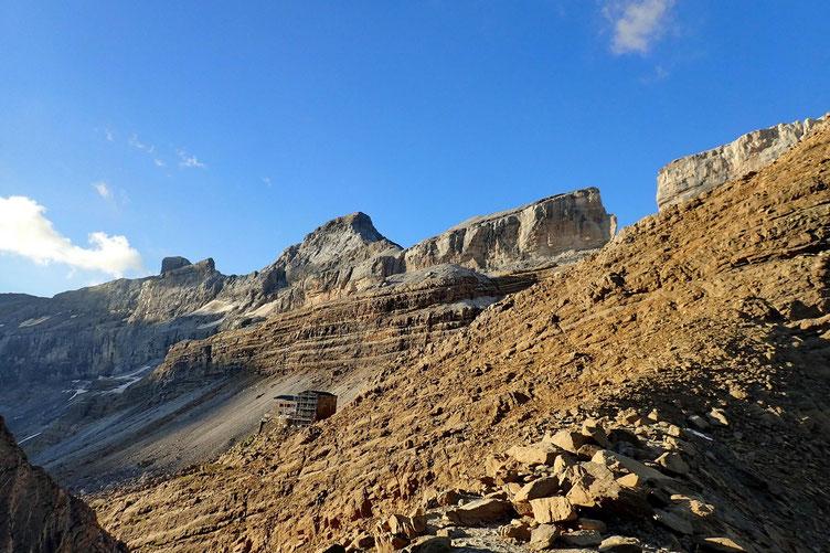 Arrivée au Col des Sarradets, avec vue sur le refuge eponyme et la Brèche de Roland.