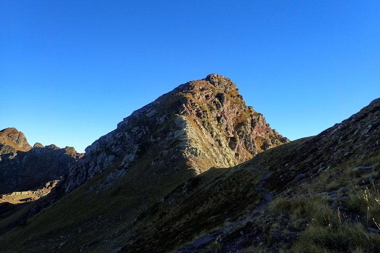 Le Pic des Moines (2349m) et le Col de Bénou (2290m).