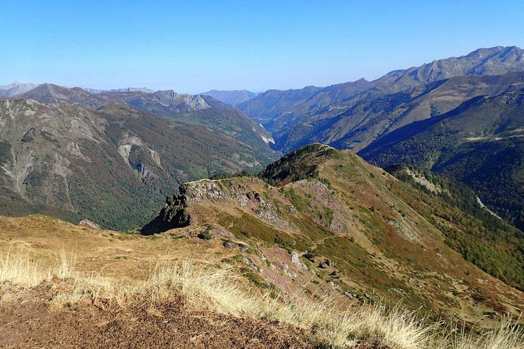 L'itinéraire depuis le col sans nom. Au fond, la Vallée d'Aspe.